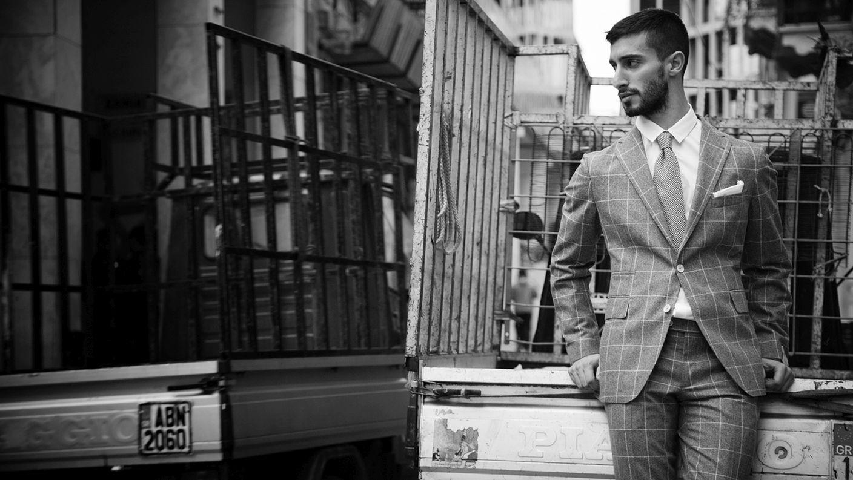 Κοστούμι Tailor, πουκάμισο, γραβάτα και pochette Bespoke Athens.