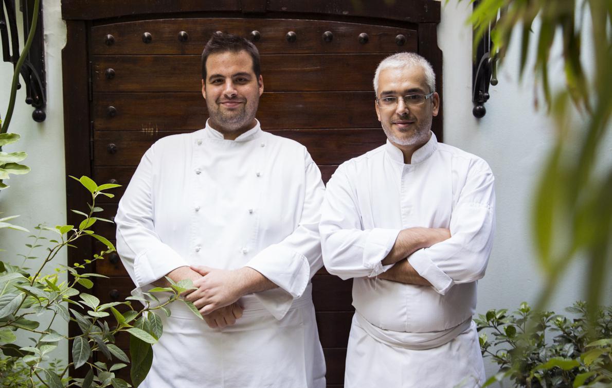 Από αριστερά, ο sous chef Ντίνος Φωτεινάκης και ο σεφ της «Σπονδής» Άγγελος Λάντος.