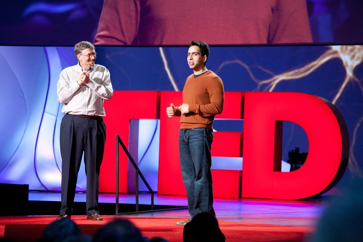 Ο Bill Gates συζητά με τον Ινδό ιδρυτή του Khan Academy, Salman Khan, στο TED 2011 (θέμα: «Knowledge Revolution»)