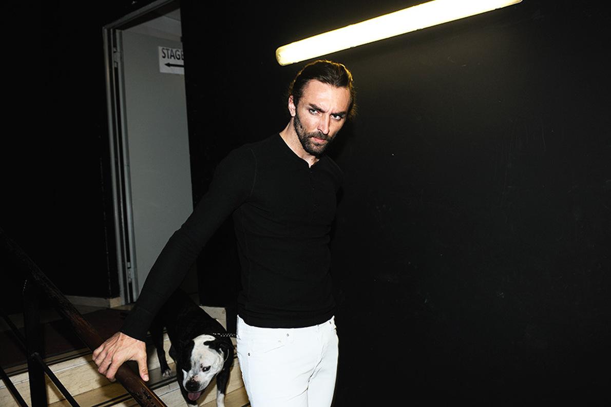 Μπλούζα Zara 19.95€ Zara και παντελόνι 55.95€ Massimo Dutti.