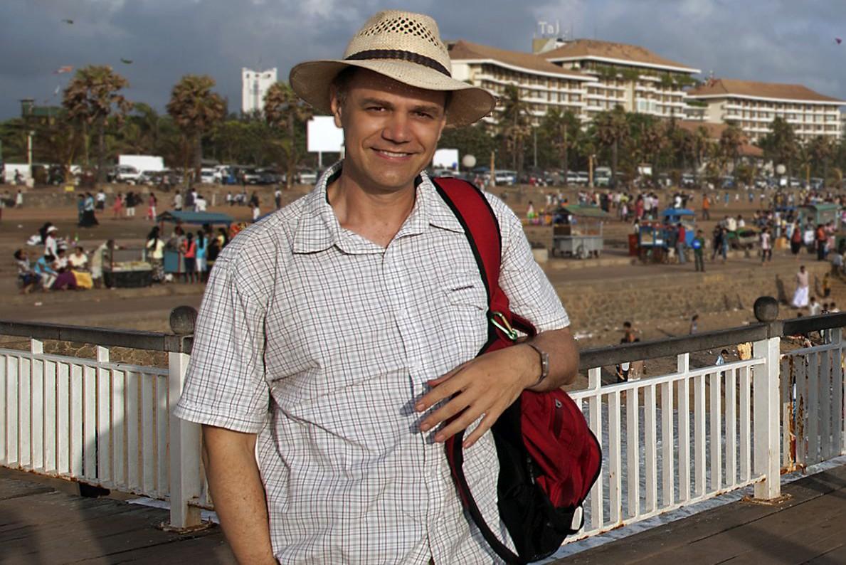 Ο Κύρος Κόκκας ένα απόγευμα με θέα τον Ωκεανό στο Κολόμπο, την πρωτεύουσα της Σρι Λάνκα