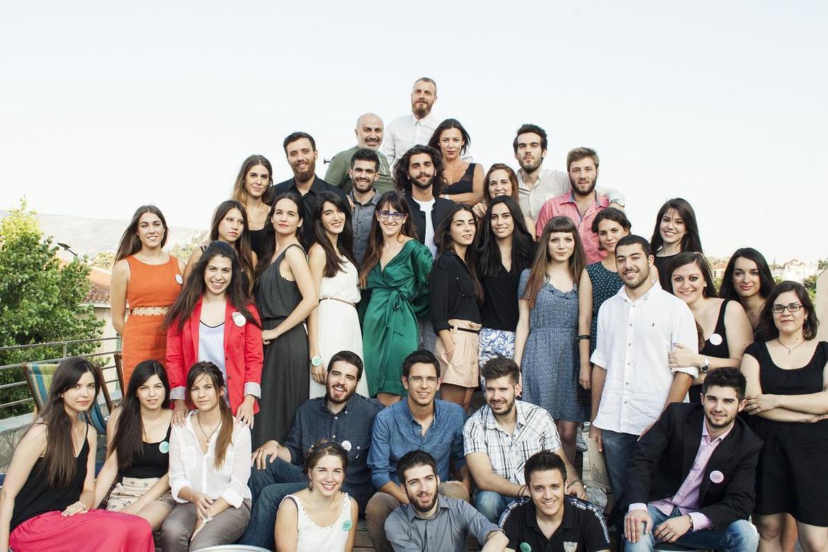 Η ομάδα του πρώτου Korres Uni Lab ποζάρει μαζί με τον Γιώργο Κορρέ, στην ταράτσα του Bios, την ημέρα της παρουσίασης.