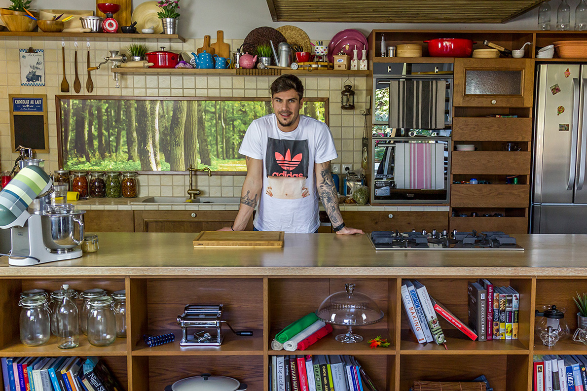 Ο Άκης Πετρετζίκης έτοιμος να πιάσει δουλειά στη διαδικτυακή του εκπομπή «Kitchen Lab».