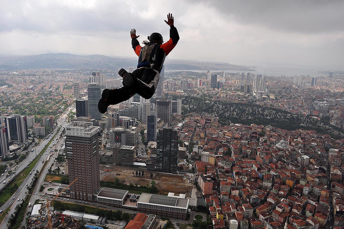 Ένας από τους πιο ικανούς Base Jumper της εποχής μας, ο Alexander Poli κάνει άλμα προς το κέντρο της Κωνσταντινούπολης.