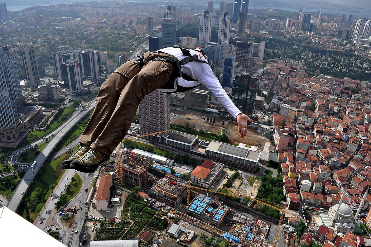 Κάνοντας ένα back flip από τον ουρανοξύστη των 236 μέτρων.