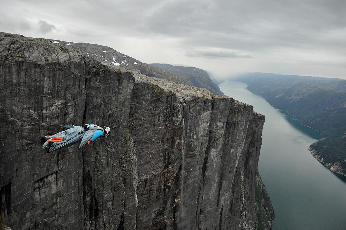 Ο καλύτερος camera man για wingsuit, Ludovick Woerth, εφορμά στο φιόρδ της Νορβηγίας κατά τη διάρκεια του ProBase U-Turn 2K14.