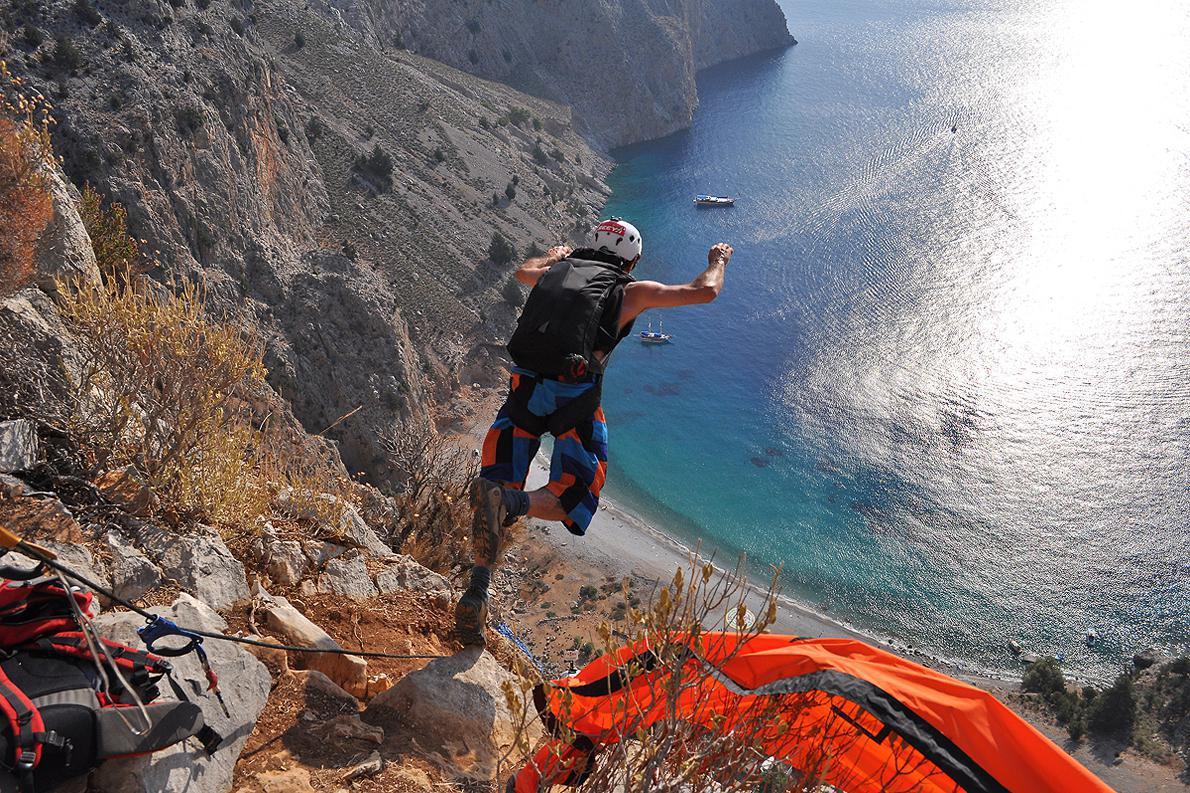 Ο βραζιλιάνος Ruy Fernandes κάνει ένα άλμα στο Ελληνικό μπλε της Σύμης από τα 300 μέτρα.
