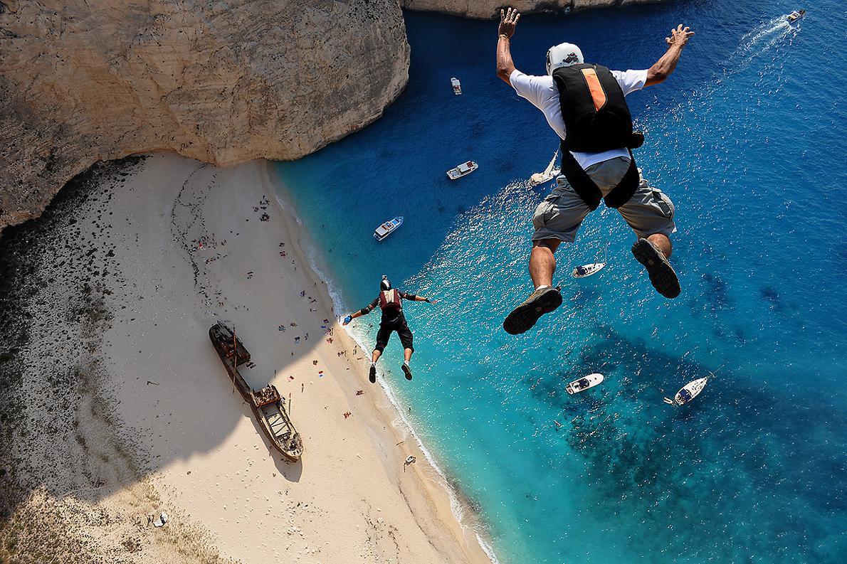 Η φωτογραφία με την οποία ο Δημήτρης Κοντιζάς βραβεύτηκε στο διαγωνισμό Illume της Red Bull τραβήχτηκε το 2011 στη Ζάκυνθο, στο Ναυάγιο, έδωσε στην Ελλάδα μια γερή δόση δημοσιότητας ως spot για extreme sports.