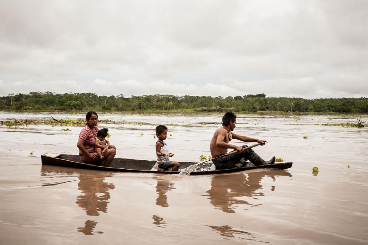 Η επικοινωνία στον Αμαζόνιο γίνεται μόνο με πλωτά μέσα. Στο βάθος της φωτογραφίας δεν είναι η απέναντι όχθη του Αμαζονίου, δηλαδή η ακτή του Περού. Αυτή δεν φαίνεται. Πρόκειται για νησίδα που δημιουργούν τα φερτά υλικά του ποταμού. Κάποια στιγμή, που θα ανέβει η στάθμη, το νησάκι θα παρασυρθεί.