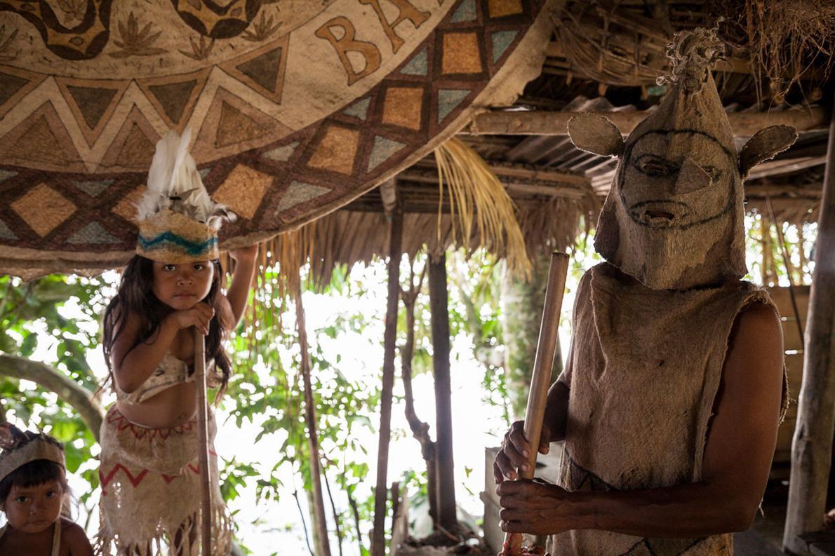 Οι χορευτικές μάσκες είναι κατασκευασμένες από ξύλο, το οποίο επεξεργάζονται με μεθοδικό τρόπο προκειμένου να γίνει ύφασμα.