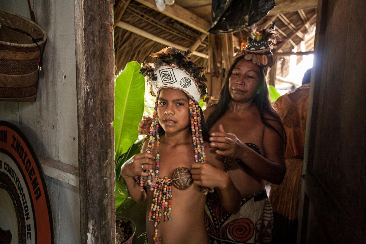Όλα τα κοσμήματα που φορούν η Rosaura Mirana (Μιράνια) και η κόρη της είναι φτιαγμένα από καρπούς δέντρων.