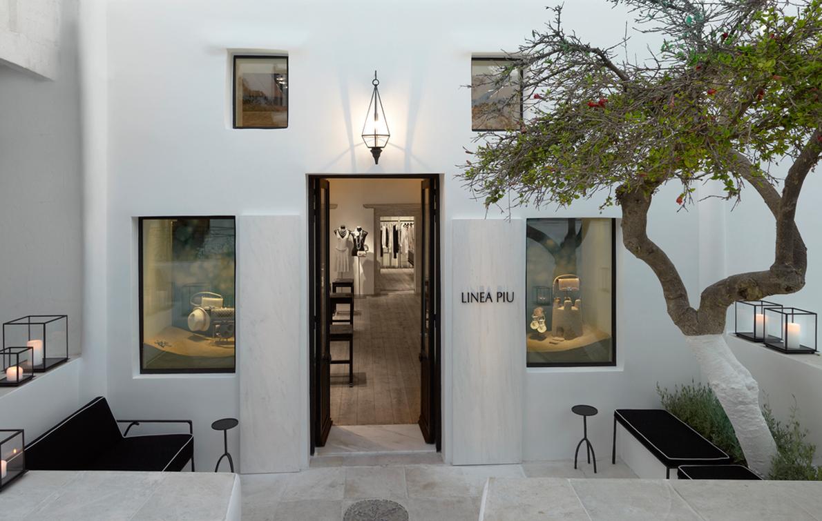 Στόχος του όταν σχεδίαζε το κατάστημα της Linea Piu στη Μύκονο ήταν να παντρέψει την αισθητική του οίκου Chanel με τη μυκονιάτικη αύρα.