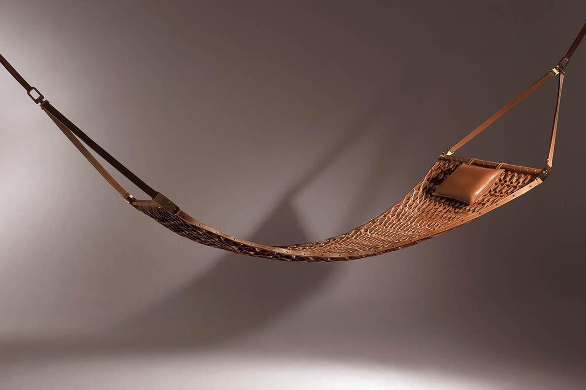 Οι νέες δημιουργίες θα κάνουν για λίγο νομαδική ζωή, καθώς θα εκτεθούν σε διάφορα σημεία του Μιλάνου, για παράδειγμα στις μπουτίκ του οίκου στην Galleria Vittorio Emanuele και στην via Montenapoleone. Εδώ, ένα παλαιότερο αντικείμενο της συλλογής Objects Nomads, μια αιώρα για τριφασική χαλάρωση.