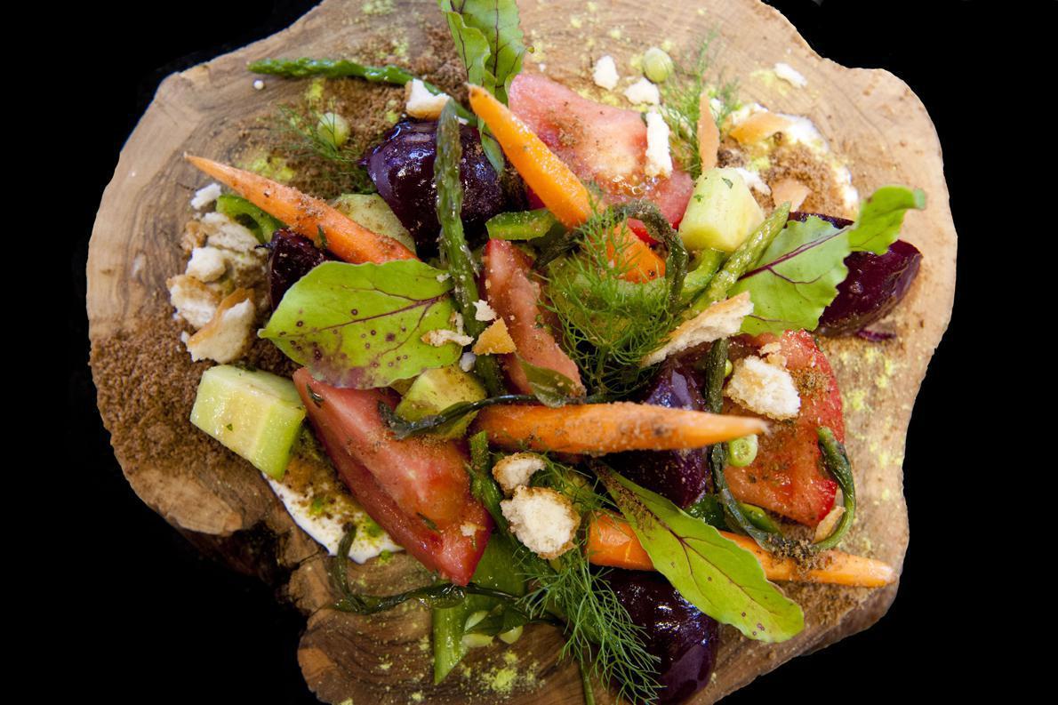 Ανάμεσα στα πιάτα που ετοίμασε ο Δόξης Μπεκρής στα σεμινάρια ήταν ο μεσσηνιακός χωριάτικος «Μπαχτσές» με τοπικά βιολογικά λαχανικά της εποχής, πάνω σε χώμα ελιάς και λαλαγγίδες, με ψητό τυρί Ξεροσφέλι και όμβριες τουρσί.