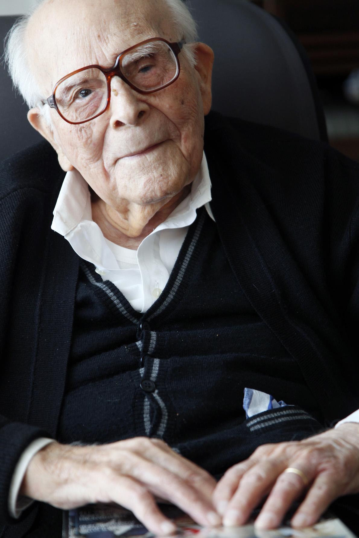 Μία από τις τελευταίες φωτογραφίες του Εμμανουήλ Κριαρά, σε ηλικία 107 ετών. Credit: Λευθέρης Πλακίδας / Άγγελος Ζυμαράς, για το περιοδικό Status.