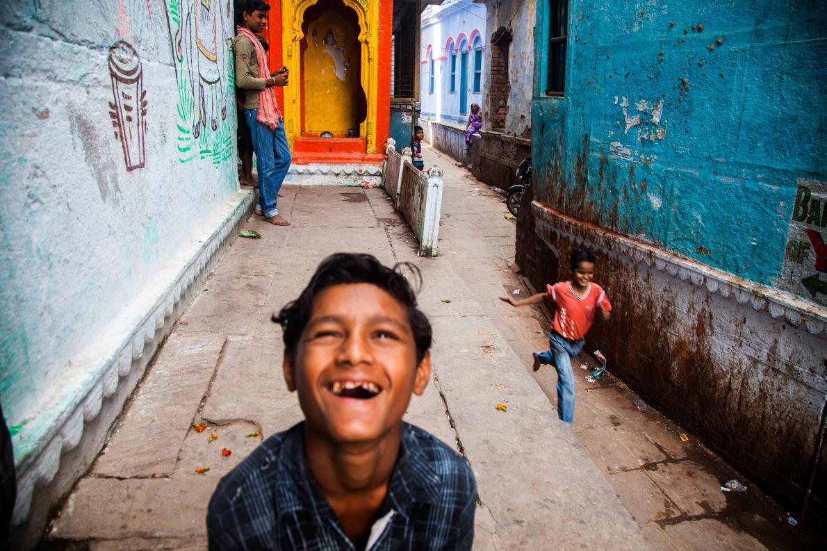Τα παιδιά παίζουν στα στενα δρομάκια της παλιάς πόλης Βαρανάσι στην Ινδιά