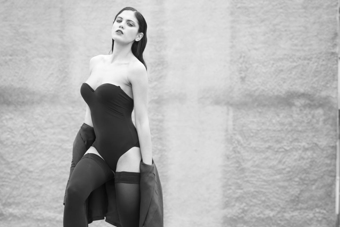 Σακάκι Balmain Luisa, body La Sposa και κάλτσες Chantal Thomass Elegance.