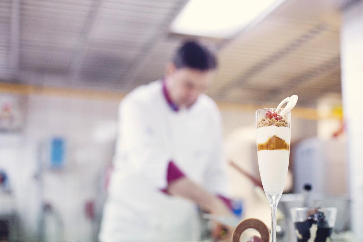 «Στη γιορτή του Αγίου Βαλεντίνου θα υπάρχει, στο εστιατόριο Grill Room, ένα ειδικό γαστρονομικό μενού. Το οποίο θα κλείνει με μια πανακότα από καραμελωμένη λευκή σοκολάτα, με σάλτσα από passion fruits και crumble φουντουκιού».