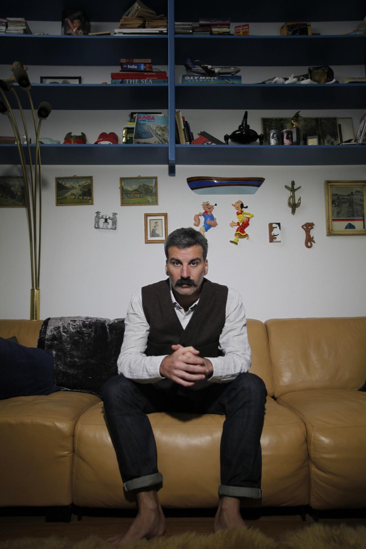 Ο Ειρηναίος στο σαλόνι του σπιτιού του, στον Κεραμεικό.