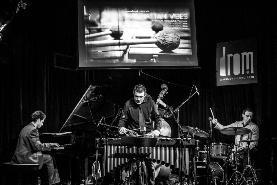 Οι «Manhattan Vibes» επί σκηνής: Χρήστος Ραφαηλίδης (βιμπράφωνο), Sergio Salvatore (πιάνο), Mike Pope (μπάσο), και Vince Cherico (ντραμς).