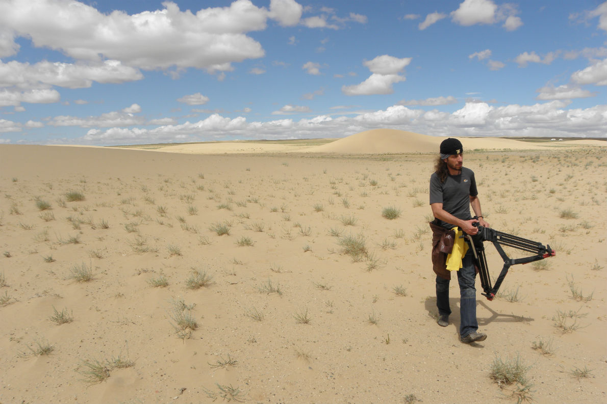 Ο Manuel De Coco στην έρημο Gobi της Μογγολίας κατά τη διάρκεια των γυρισμάτων του ξενόγλωσσου κινηματογραφικού ντοκιμαντέρ  μεγάλου μήκους «Invisible World – Shabhala», που γυρίζει αυτόν τον καιρό.