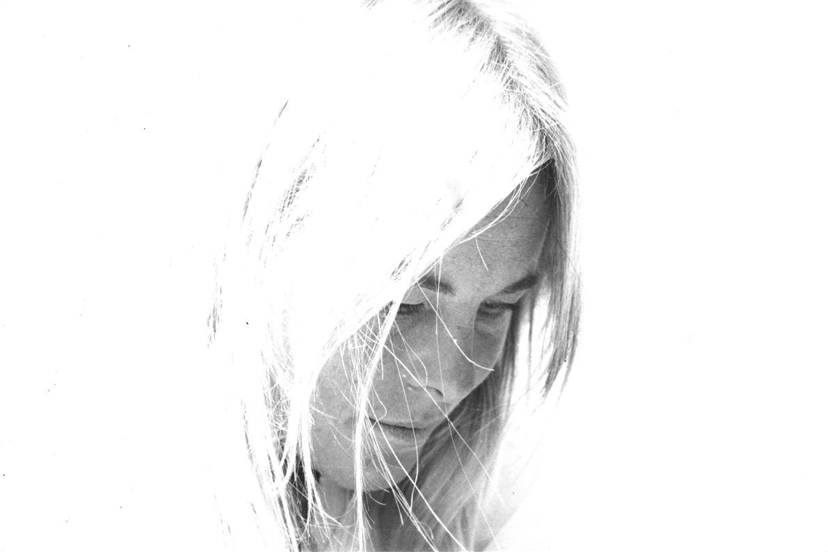 Η Μαριάννε Ιλέν σε μια στιγμή περισυλλογής. (Φωτογραφία Ζαν Μαρκ Απέρ)