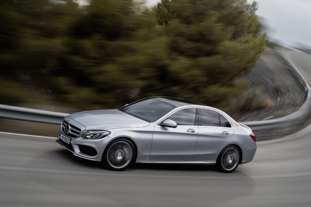 Η νέα C-Class διατηρεί την αίσθηση του «μαγικού χαλιού» των προγόνων της στο δρόμο, ενώ τώρα έχει –για πρώτη φορά στην κατηγορία– την πνευματική αερανάρτηση της Mercedes-Benz. Ο οδηγός μπορεί να επιλέξει μεταξύ των ρυθμίσεων Comfort, ECO, Sport, Sport+ που αλλάζουν το ύψος από το έδαφος και τη σκληρότητα της ανάρτησης, ανάλογα αν αποζητά άνεση ή σπορ αίσθηση.