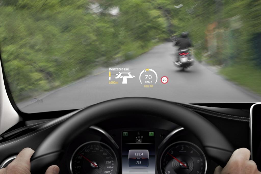 Το head-up display προβάλλει στο ύψος του οπτικού πεδίου του οδηγού πληροφορίες για την ταχύτητα, τα όρια ταχύτητας και τις κατευθύνσεις πλοήγησης.