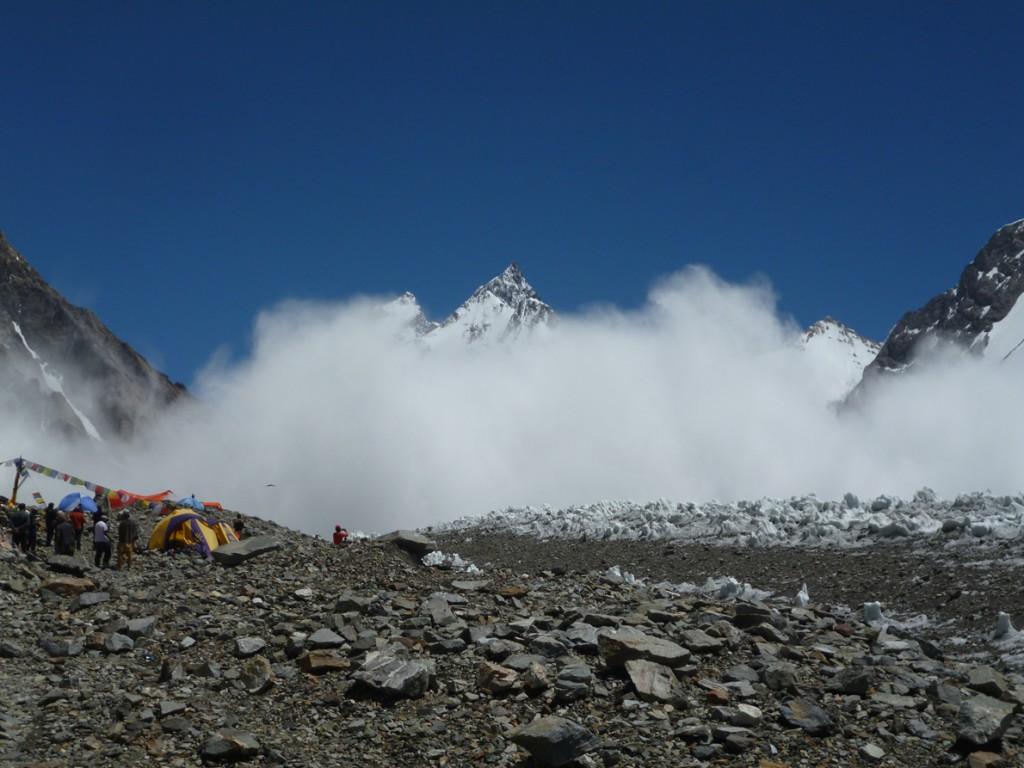 Μια χιονοστιβάδα 400 μέτρα από την κατασκήνωση βάσης στο Κ2.