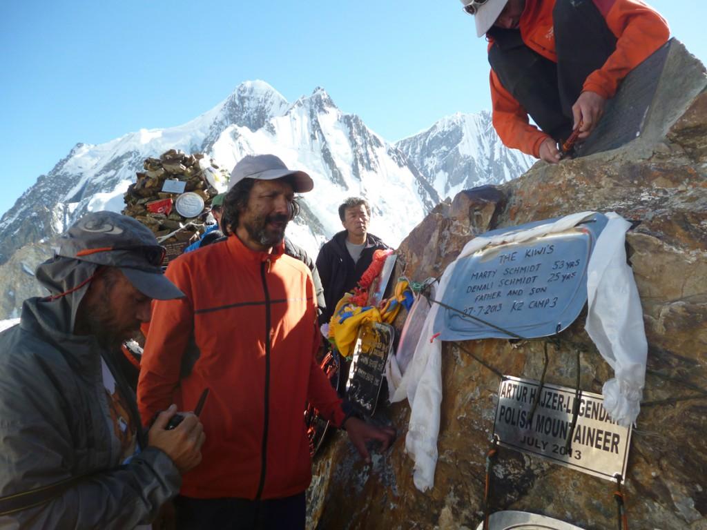 «Στο memorial της κατασκήνωσης βάσης του Κ2, τοποθετώντας στο βουνό την αναμνηστική πλάκα με τα ονόματα των δυο συντρόφων μας, νιώθαμε τρομερά φορτισμένοι».
