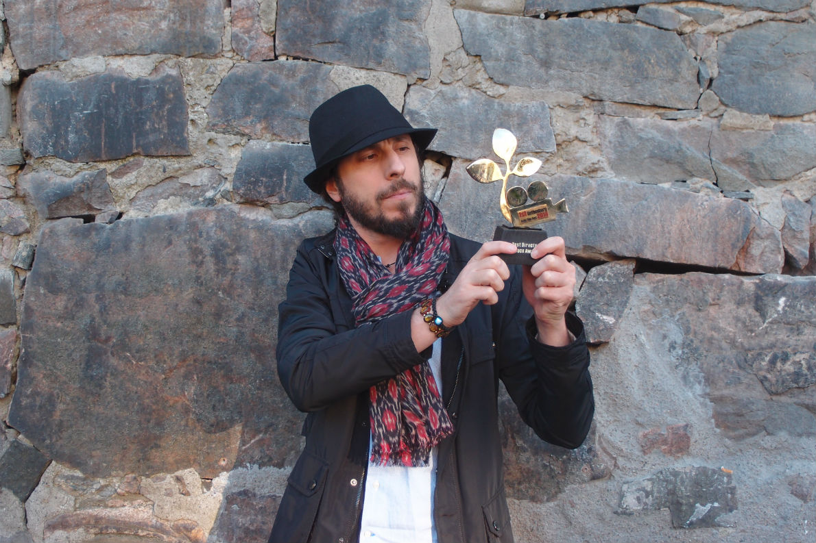Ο Manuel De Coco κρατώντας το Βραβείο Ειρήνης Καλύτερης Ταινίας στο Διεθνές Φεστιβάλ Ανεξάρτητου Κινηματογράφου στο Γκέτεμποργκ της Σουηδίας, που κέρδισε πρόσφατα για το «Unknown Land». «Η ταινία δίχασε», λέει, «γιατί μιλάει για αξίες όπως η αγάπη και η ειρήνη, τις οποίες οι ''ισχυροί'' του πλανήτη πολεμούν».