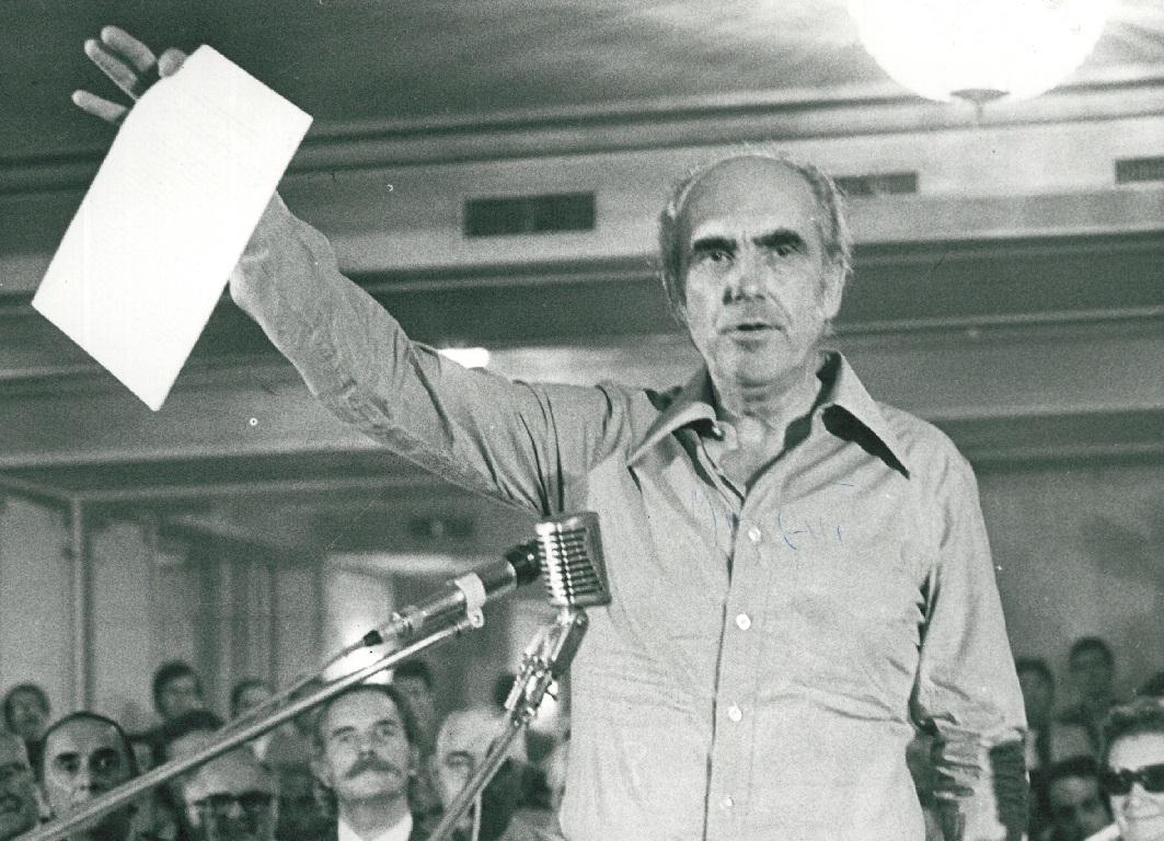 3 του Σεπτέμβρη 1974: Η ιδρυτική διακήρυξη του ΠΑΣΟΚ. Το σύνθημα «Λαϊκή κυριαρχία, εθνική ανεξαρτησία» αναδεικνύεται σε κοινό τόπο στις συζητήσεις πολιτικού περιεχομένου.