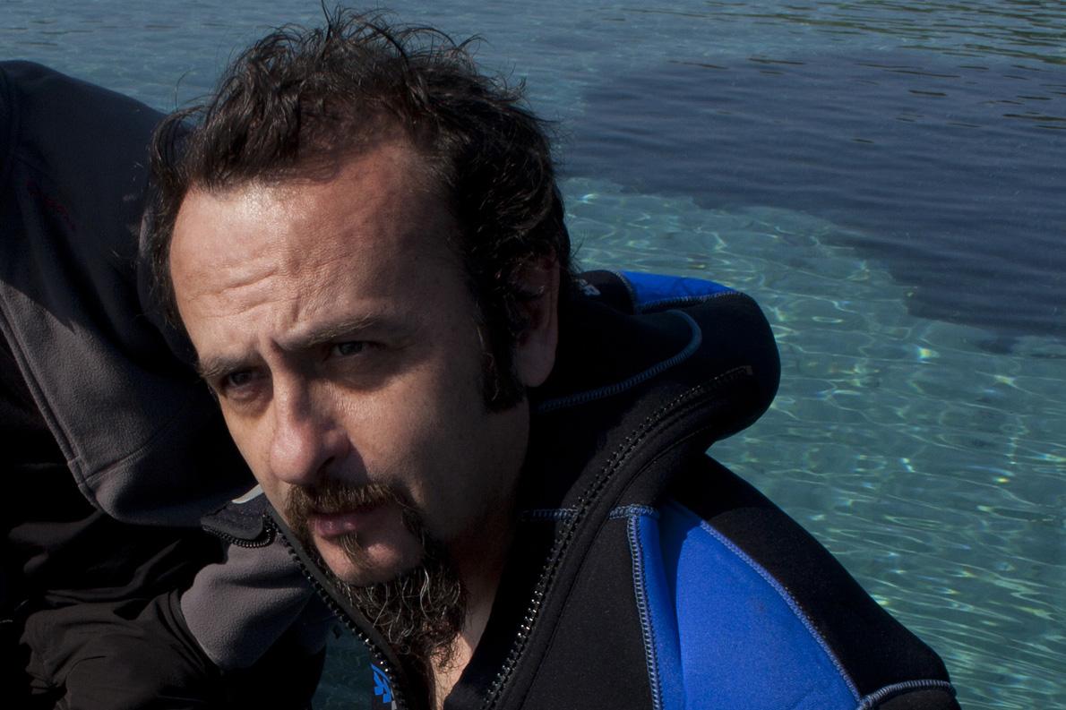 Ο Βαγγέλης Ευθυμίου στα γυρίσματα του ντοκιμαντέρ για τη βιοποικιλότητα «Μορφές ζωής, μορφές πνοής». «Το ορεινό DNA δεν σημαίνει μειωμένο ενδιαφέρον για τη θάλασσα», λέει. (Φωτογραφία: Τ. Καρανίκας)