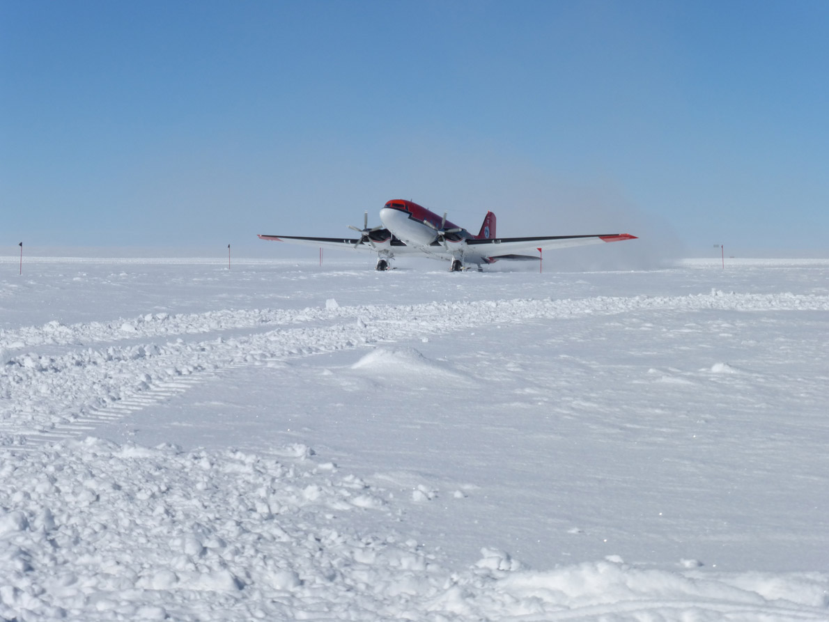 Plane arriving [Credits Angelo Domesi]