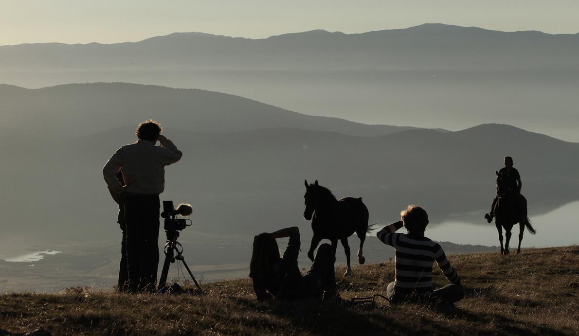 «Στις πλαγιές του Βαρνούντα κάποιοι τυχεροί κάνουν ιππασία με φόντο τις Πρέσπες». (Φωτογραφία: Τ. Καρανίκας)