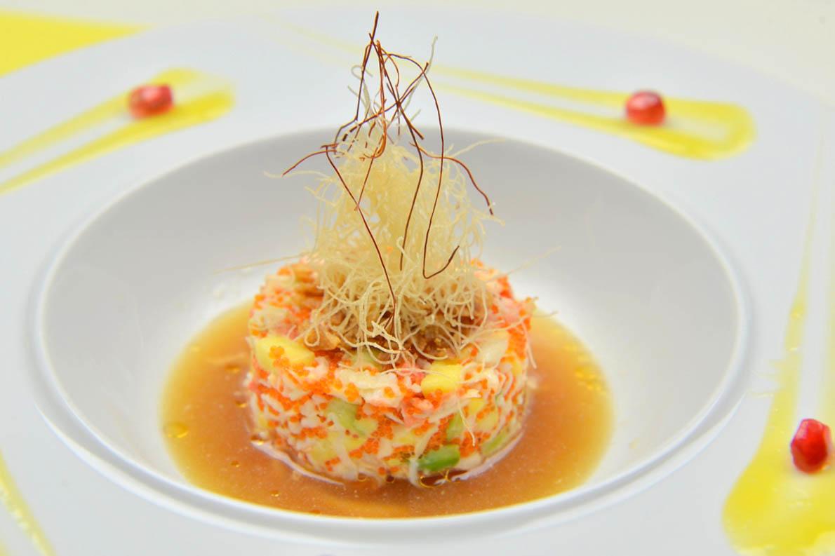 King Crab Tartar: Βασιλικό καβούρι με tobiko, truffle yuzu sauce μαζί με avocado, mango και κανταΐφι (Rakkan Bar Restaurant). Φωτό: Mike Tsolis