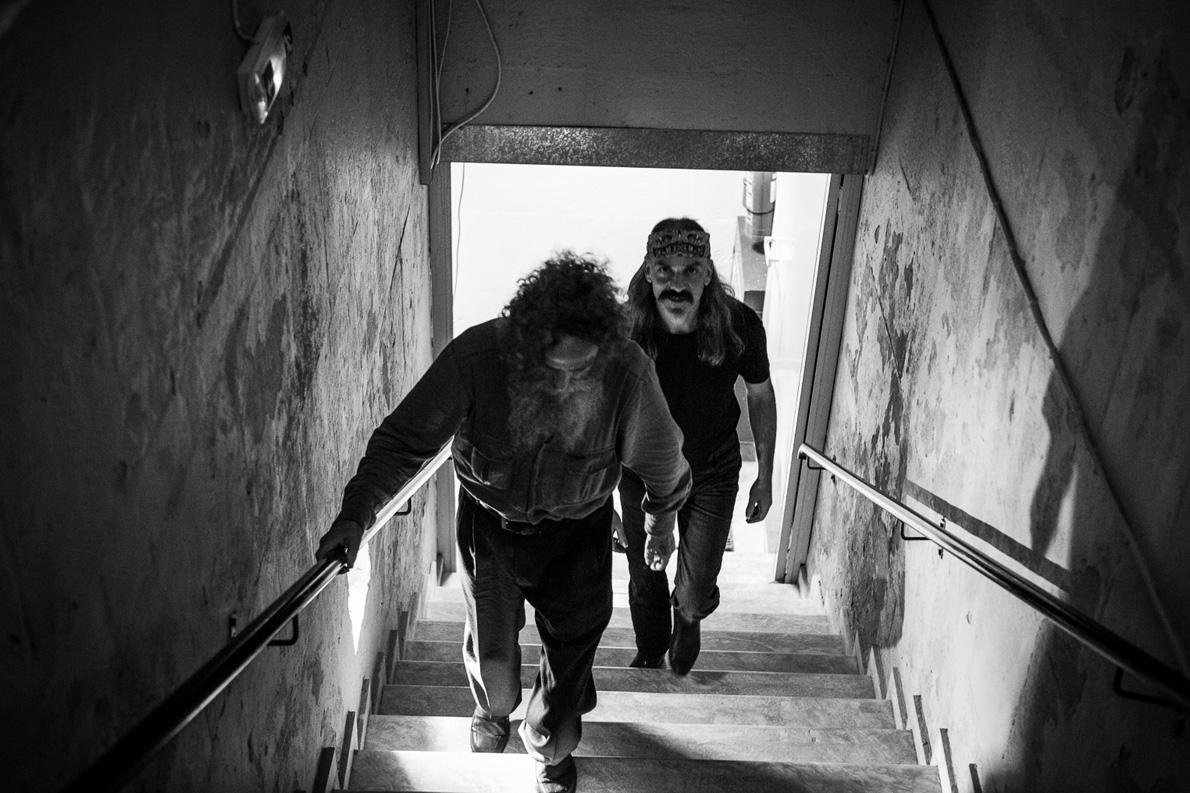 Ο Ψαραντώνης κα ο Χαΐνης Δ. Αποστολάκης ανεβαίνουν τα σκαλιά προς τη σκηνή του Ηρωδείου για τη γενική πρόβα του «Ερωτόκριτου». «Γιατί ανεβάζουμε ''Ερωτόκριτο'' σήμερα; Επειδή θέλαμε να καταδυθούμε σε πρώτες αρχές. Στις σελίδες του υπάρχει ένα σπερματικό εθνικό όραμα. Ο Κορνάρος καθορίζει κατά προσέγγιση τι είναι αυτό που λέμε Ελλάδα.» Φωτογραφία: Yiannis Margetousakis
