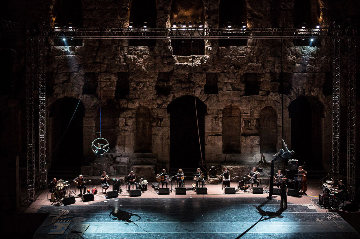 Όλοι οι μουσικοί στη σκηνή του Ηρωδείου κατά τη διάρκεια της γενικής πρόβας του «Ερωτόκριτου». «Σε μια εποχή που στην Ελλάδα ψάχνουμε να βρούμε σε ποιες βάσεις θα οικοδομήσουμε το νέο ανθρωπολογικό τύπο που θα ανταποκρίνεται στην ιδιαίτερη αισθητική που θέλουμε να αναπτύξουμε, δεν θα μπορούσαμε να καταδυθούμε παρά μόνο στο αρχέγονο αξιακό σύστημα που μεταφέρει ο ''Ερωτόκριτος''» λέει εμφατικά ο Χαΐνης Δ. Αποστολάκης. Φωτογραφία: Yiannis Margetousakis