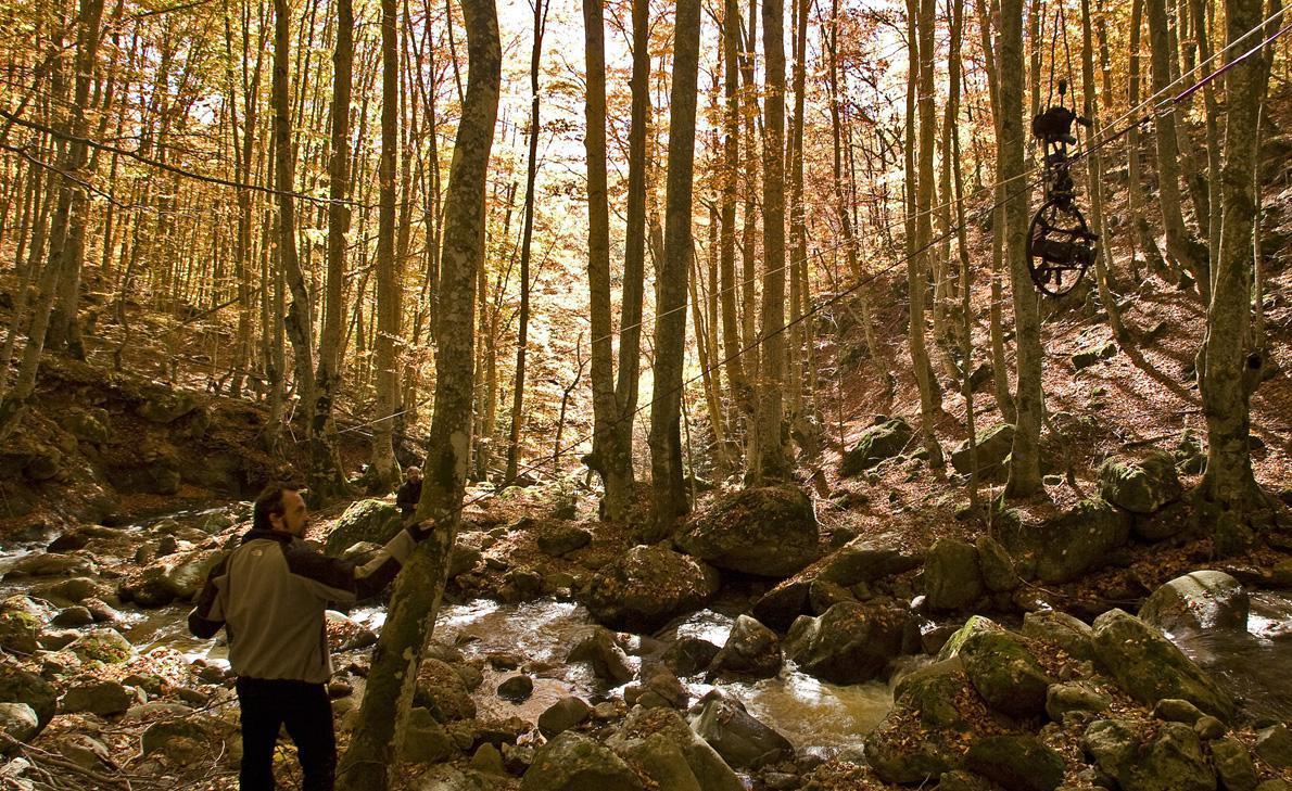 Στα γυρίσματα του ντοκιμαντέρ για το νερό «Υδάτινος ορίζοντας» στη Ροδόπη. Η εμπειρία των ορειβατικών σχοινιών βρίσκει εφαρμογές στην κίνηση της κάμερας. (Φωτογραφία: Τ. Καρανίκας)