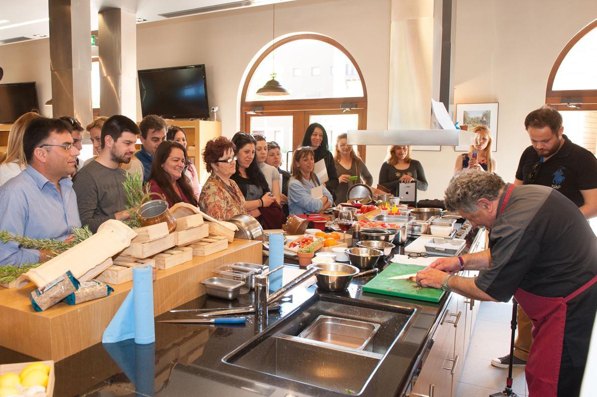 Οι συμμετέχοντες παρακολουθούν το Λευτέρη Λαζάρου ο οποίος ετοιμάζει μία συνταγή. Στα σεμινάρια συμμετείχαν από από ιδιοκτήτες εστιατορίων και μάγειρες μέχρι οινοχόοι και οινοπαραγωγοί, ενώ δεν έλειπαν και νέοι φοιτητές/σπουδαστές, που ήρθαν με ζήλο και όρεξη να μάθουν.