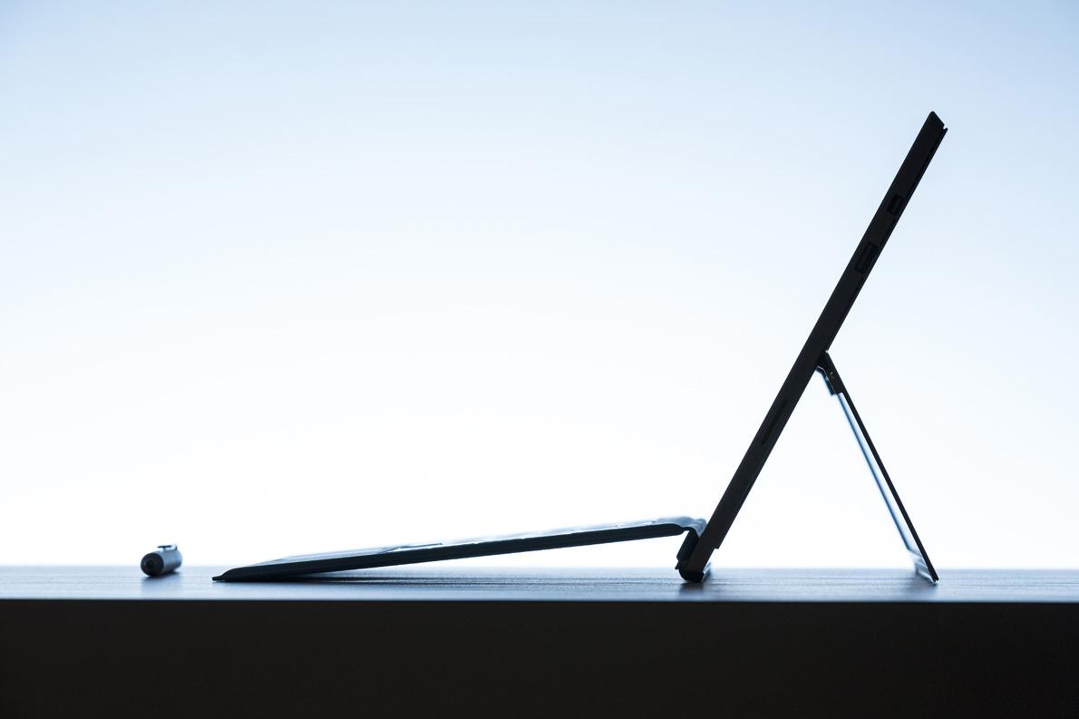 Απίστευτα λεπτό (μόλις 9,1 χιλιοστά), ελαφρύ, και με αυτονομία 9 ωρών, το Surface Pro 3 είναι ένας άξιος σύντροφος για τους mobile warriors. USB 3.0, mini display port, θέση για κάρτα μνήμης, Web camera κ.λπ., θεωρούνται δεδομένα.