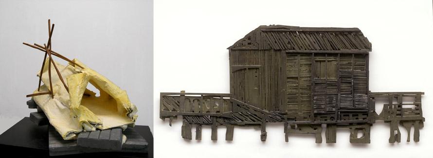 Αριστερά: Νάνα Σαχίνη, «Canal for breathing», 2013: Το εφήμερο περίβλημα μιας καλύβας. Η ομοίωση ενός περιβάλλοντος που φιλοτεχνεί στο βάθος των αναμνήσεών μας τον τόπο μιας ακατανίκητης, όσο και αδύνατης επιστροφής.  Δεξιά: Ανδρέας Λυμπεράτος, «Kαλύβα σε λιμνοθάλασσα», 2014: Ένα καράβι ταξιδεύει φέροντας πάνω του μια ξύλινη καλύβα. Μια αλληγορική σύνθεση που εντοπίζει στην καλύβα τον τόπο των πιο ισχυρών ονειροπολήσεών μας.