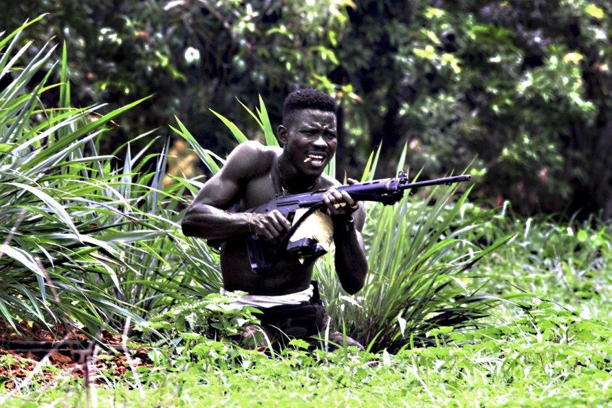 Σιέρα Λεόνε, 2000. Καθεστωτικός πολεμιστής κατά τη διάρκεια μάχης.