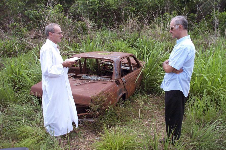 «Ένα χρόνο μετά την επίθεση επέστρεψα στη Σιέρα Λεόνε για την τέλεση μνημόσυνου στη μνήμη του Κερτ και του Μιγκέλ. Αυτό το ερείπιο πίσω είναι ό,τι είχε απομείνει από το αυτοκίνητό μας».