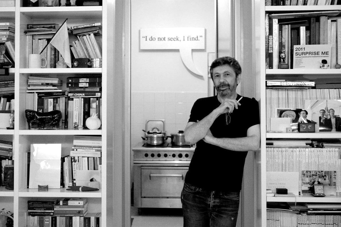 «Η αισθητική δεν αγοράζεται, καλλιεργείται», λέει ο Σταύρος Παπαγιάννης (φωγογραφημένος στο σπίτι του, στον Πειραιά –πίσω του, πάνω από την κουζίνα, η φράση του Πικάσο «I don not seek, I find». Φωτογραφία: Μαριάννα Βεριγάκη