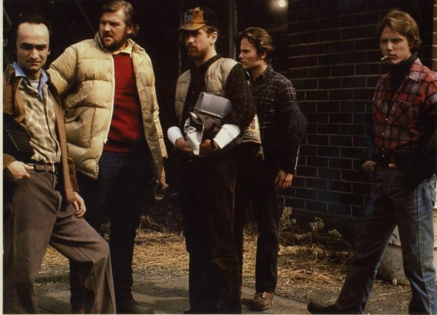 «Ο Ελαφοκυνηγός»: Οι τελευταίες χαρούμενες στιγμές πριν οι τρεις από τους τέσσερις φίλους φύγουν για το κολαστήριο του Βιετνάμ.