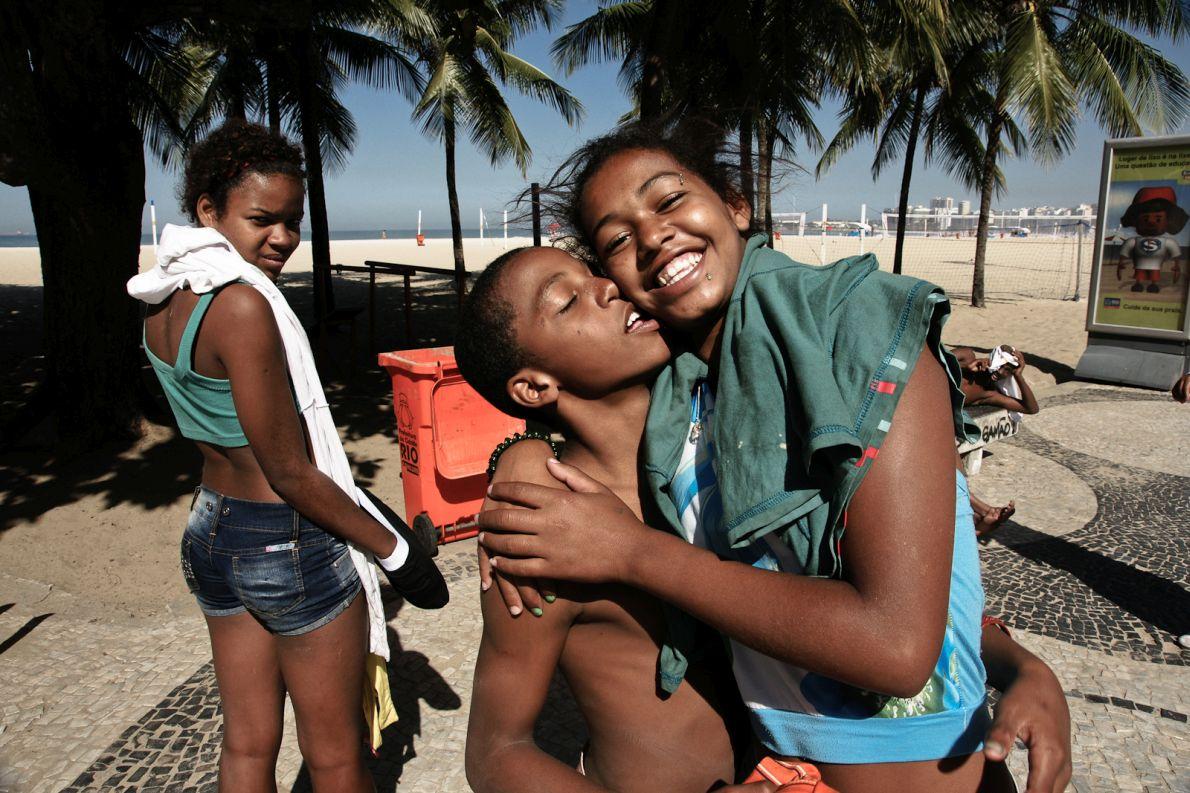 Ρίο ντε Τζανέιρο, Βραζιλία, 15/6/2010: Ο ερωτισμός εδώ είναι διάχυτος σε όλες τις ηλικίες. Μόνο που σε μια χώρα με τόσους φτωχούς και τόσους πλούσιους ‒ντόπιους και εισαγόμενους‒ μεταφράζεται σε πορνεία. Η φαβέλα περιμένει πώς και πώς το Μουντιάλ για να βγάλει μερικά δολάρια παραπάνω. Προσφέροντας τα κορμιά των παιδιών της… (Φωτογραφία: Άκης Τεμπερίδης)
