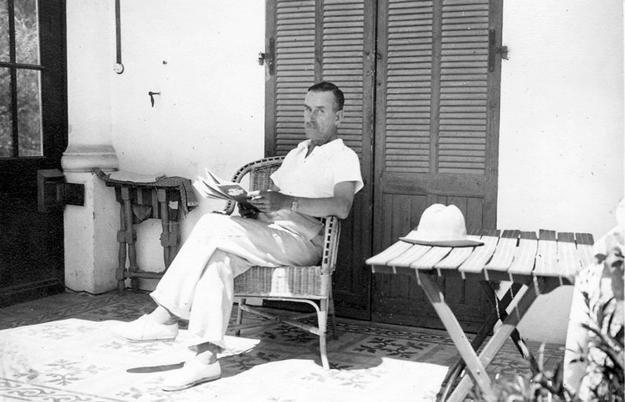 «Ο ήρωας του Μαν μου έδειχνε πως το σημαντικό είναι να συμφιλιωθείς με τις αντιφάσεις σου...», λέει ο Χάρης Γούλιος. (Στη φωτογραφία ο Τόμας Μαν στην περιοχή Sanary-sur-Mer της Γαλλίας το 1933) Photo Credit: wikipedia.org
