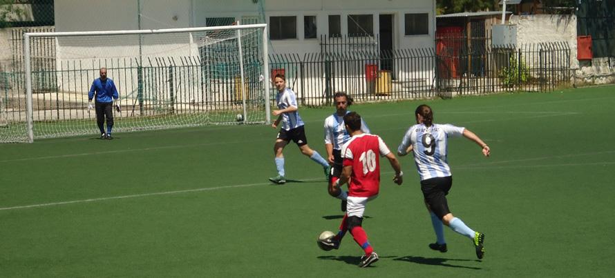 «Αγαπώ το ποδόσφαιρο, φροντίζω να προπονούμαι και να παίζω τουλάχιστον δυο φορές την εβδομάδα» (στη φωτογραφία με την κόκκινη εμφάνιση).