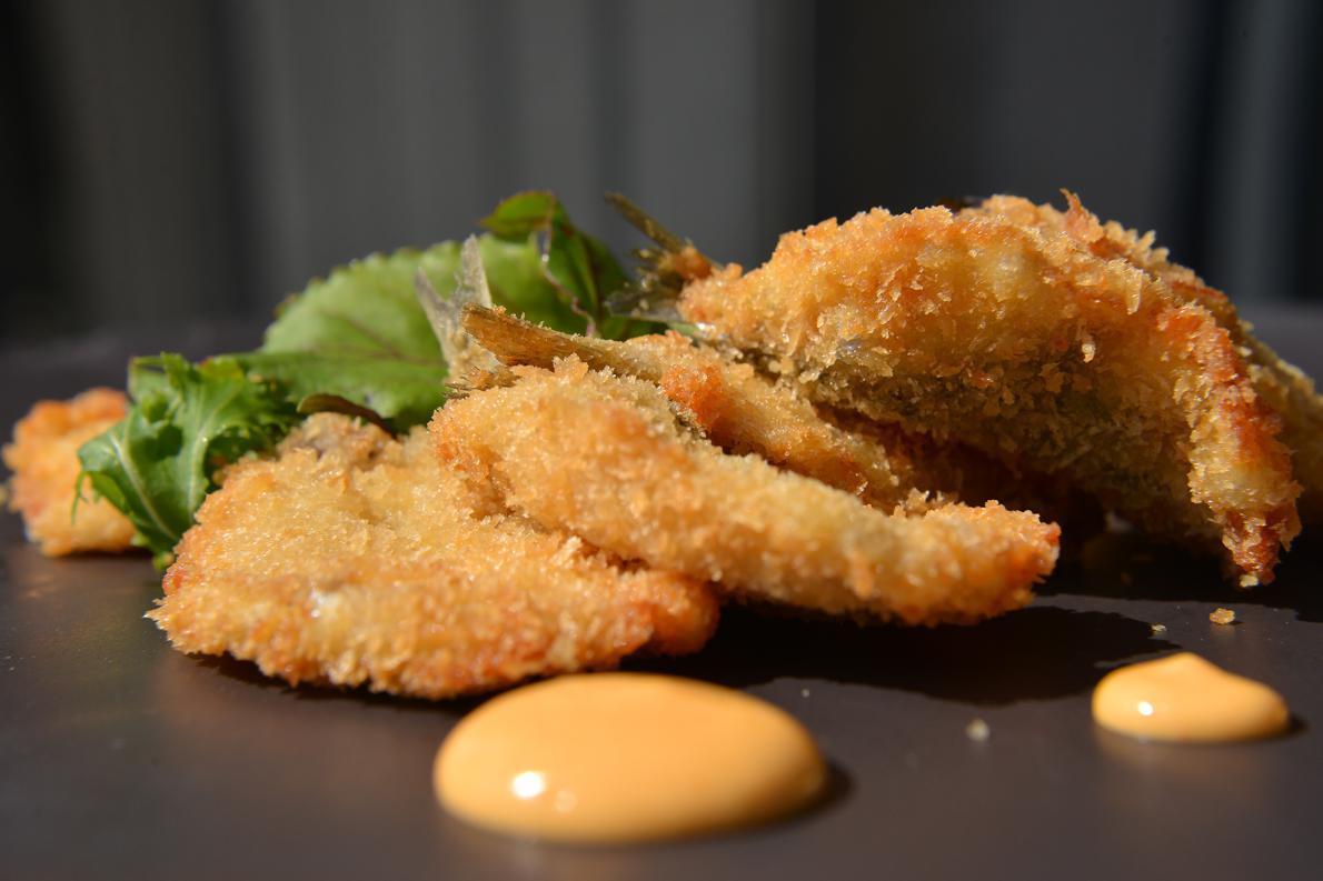 «Όταν βγάλουμε τις σαρδέλες από το τηγάνι, πριν τις βάλουμε στο πιάτο, τις αφήνουμε να στραγγίσουν τουλάχιστον για 20 λεπτά» συμβουλεύει ο σεφ.